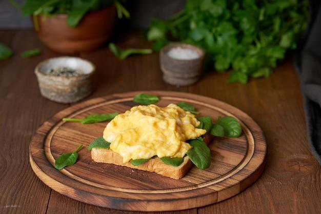 Torrada com ovos mexidos