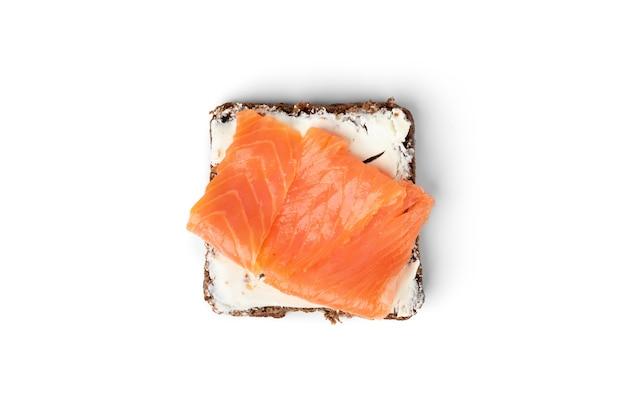 Torrada com salmão salgado isolado.
