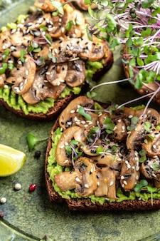 Torrada de abacate com cogumelos fritos e microgreen. comida vegetariana. cardápio vegano