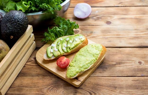 Torrada de abacate com salada mix e saudável. vegetais orgânicos frescos para cozinhar alimentos dietéticos.