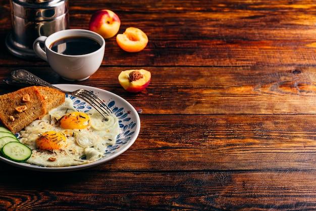 Torrada de café da manhã com ovos fritos com legumes no prato e xícara de café com frutas sobre fundo escuro de madeira. saudável, limpo comer, fazer dieta conceito de comida.