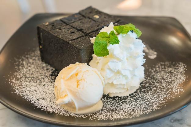 Torrada de carvão com sorvete
