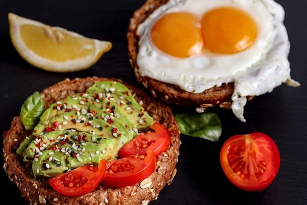 Torrada de centeio com ovo de abacate. sanduíche vegetariano saudável