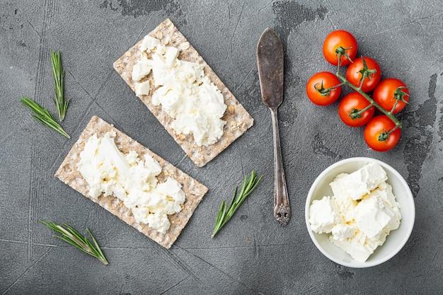 Torrada de pão caseiro com queijo cottage, na mesa de pedra cinza, vista de cima plano