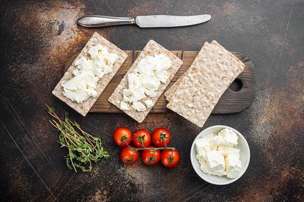 Torrada de pão caseiro com queijo cottage