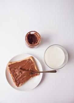 Torrada de pão com creme de chocolate manteiga, pote de creme de chocolate