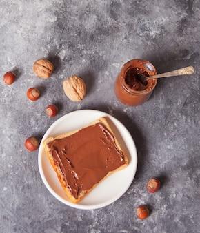 Torrada de pão com creme de chocolate manteiga