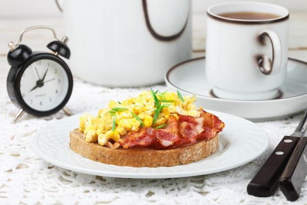 Torrada de pão com ovos mexidos