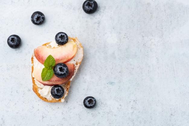 Torrada de pão espaço com pêssego e baga azul