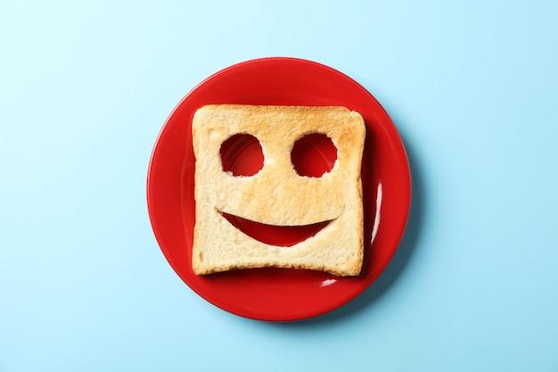 Torrada de prato e pão com sorriso no azul, vista superior
