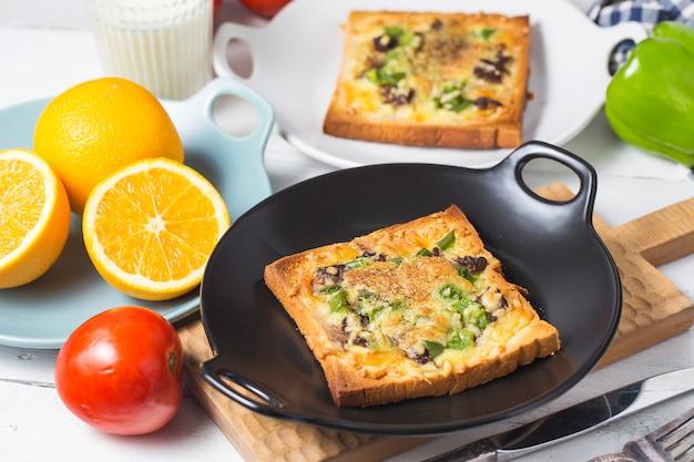 Torrada de queijo de carne, café da manhã, laranjas