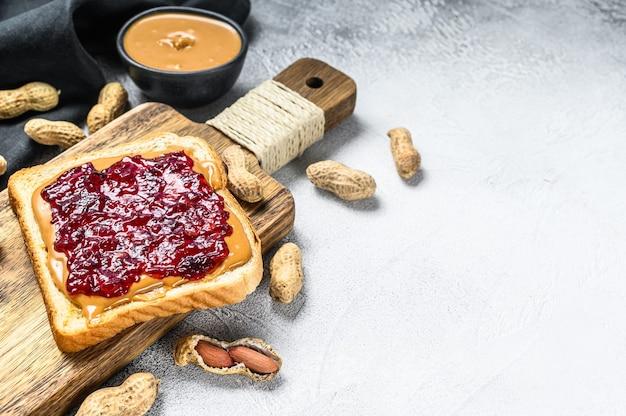Torrada de sanduíche de manteiga de amendoim com geleia de frutas vermelhas