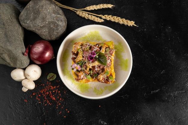 Torrada de trigo com rosbife, queijo e melada em um prato redondo branco