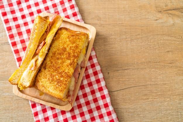 Torrada francesa caseira, bacon, queijo, sanduíche com ovo