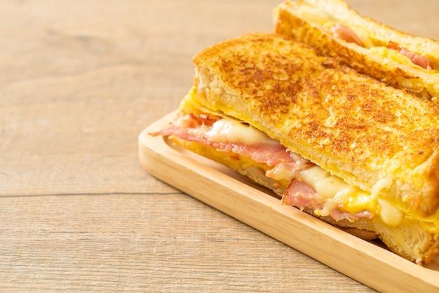 Torrada francesa caseira, presunto, bacon, queijo, sanduíche, ovo