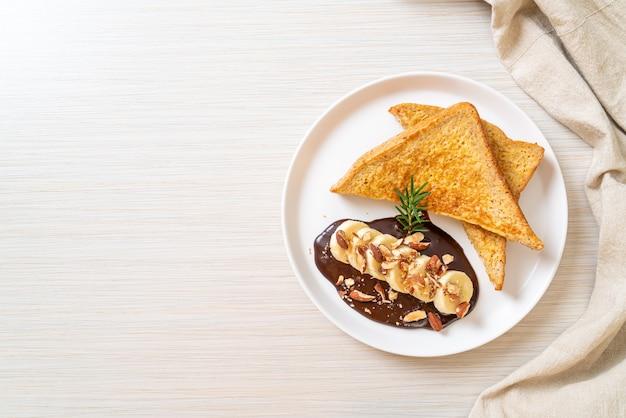 Torrada francesa com amêndoas de banana e chocolate