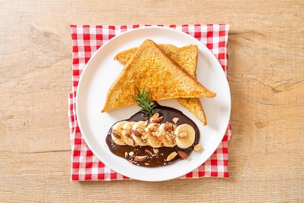 Torrada francesa com chocolate de banana e amêndoas no café da manhã