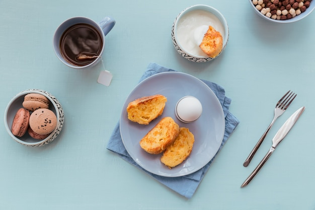 Torrada francesa frita com chá de ovos cozidos e iogurte fresco saboroso café da manhã agricultor