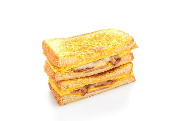 Torrada francesa, presunto, bacon, queijo, sanduíche, com ovo isolado