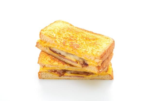 Torrada francesa, presunto, bacon, queijo, sanduíche com ovo isolado
