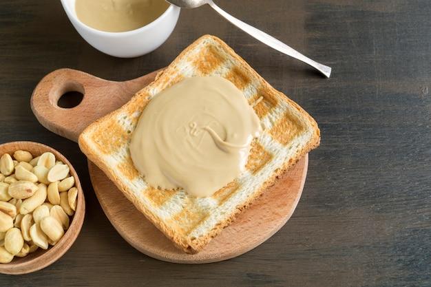Torrada frita com manteiga de amendoim