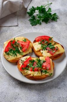 Torrada grelhada com tomate e queijo