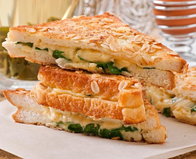 Torrada quente com queijo e espinafre no café da manhã