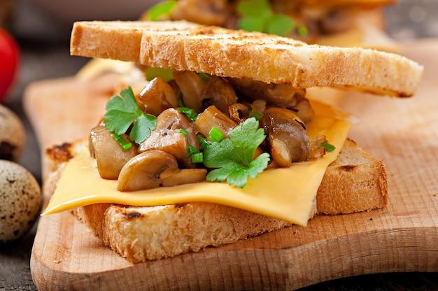 Torrada sanduíche com cogumelos, queijo e salsa, foco seletivo