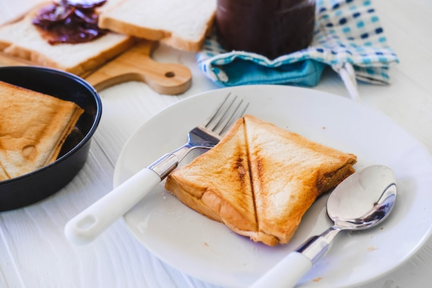 Torrada torrada pão aparecendo de torradeira de aço inoxidável na cozinha de casa