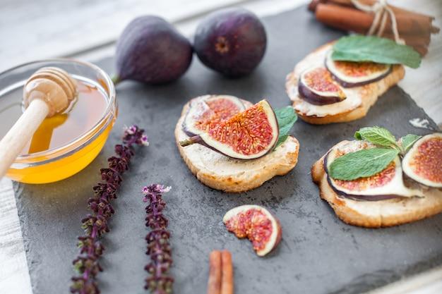 Torradas cobertas de ricota com figos e mel