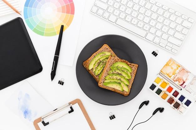 Torradas com abacate no café da manhã no escritório