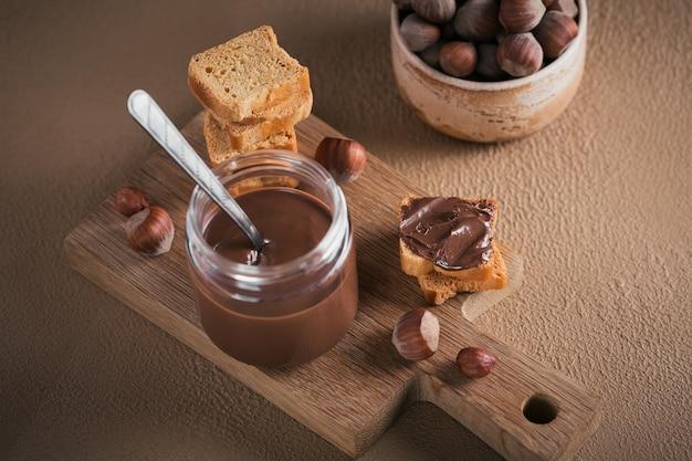 Torradas com chocolate doce de avelã para o café da manhã.