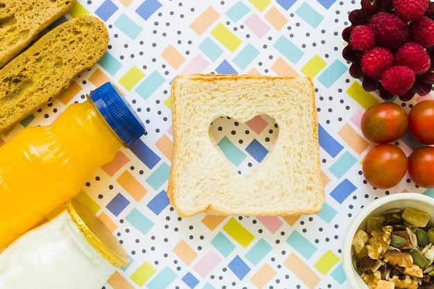 Torradas com coração perto de comida saudável