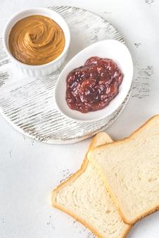 Torradas com manteiga de amendoim e geléia de morango