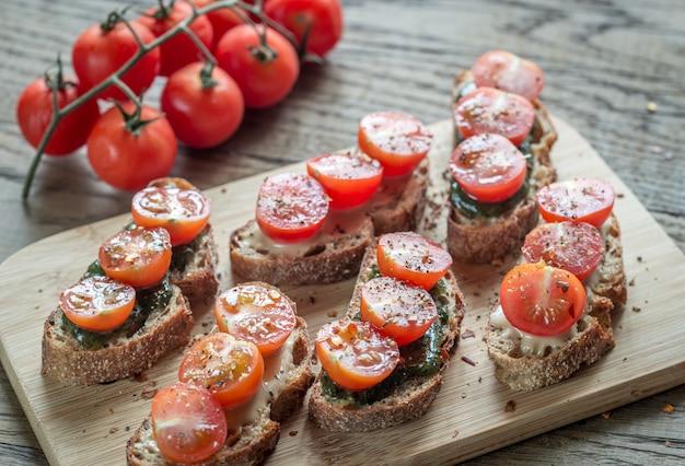 Torradas com molho de tahine e hortelã e tomate cereja