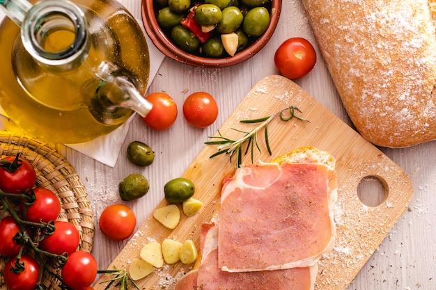 Torradas com óleo de presunto e tomate