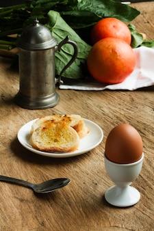 Torradas com ovo cozido