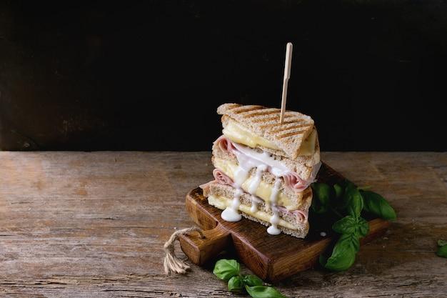 Torradas com queijo e presunto