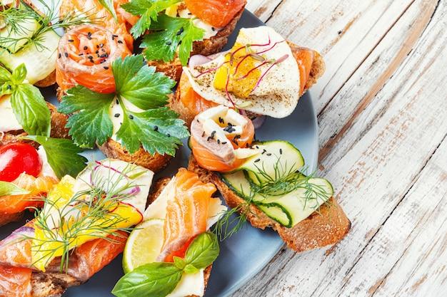 Torradas com salmão salgado