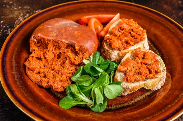Torradas com sobrassada de linguiça de porco curada e tomate