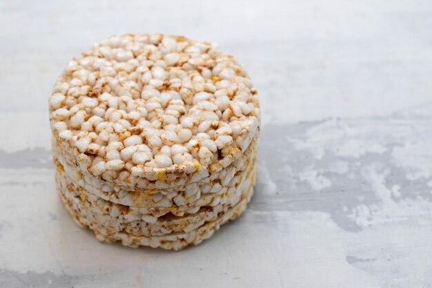 Torradas crocantes de arroz diet em superfície de cerâmica