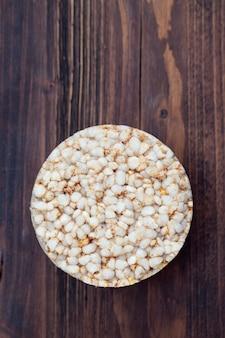 Torradas crocantes de dieta de arroz em superfície de madeira marrom