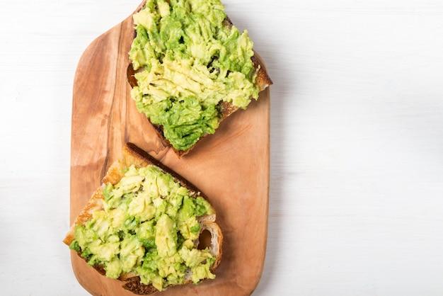 Torradas de abacate com pão de fermento