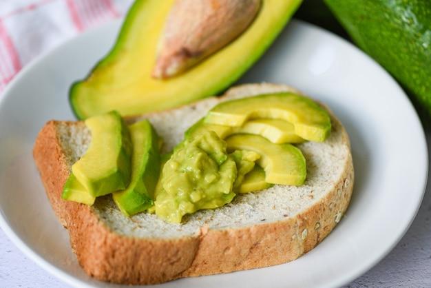 Torradas de abacate frescas e maduras