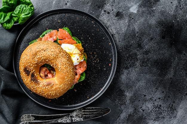 Torradas de bagel de salmão defumado com queijo, espinafre e ovo