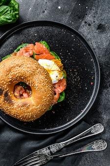 Torradas de bagel de salmão defumado com queijo macio, espinafre e ovo