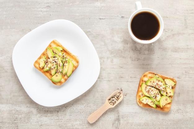 Torradas de café e abacate