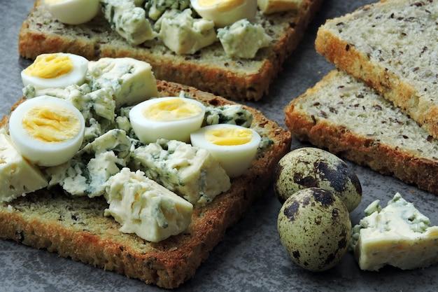 Torradas de ceto com queijo azul e ovo