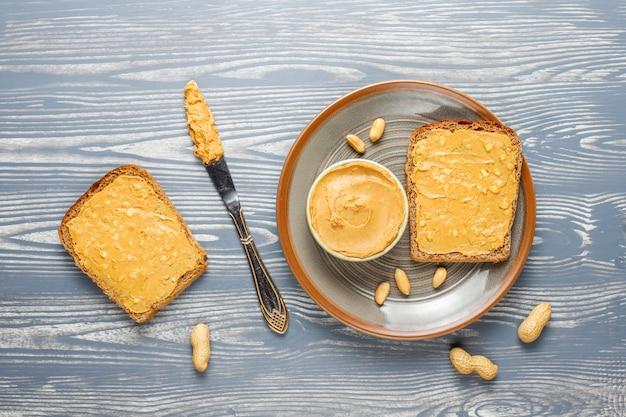Torradas de manteiga de amendoim