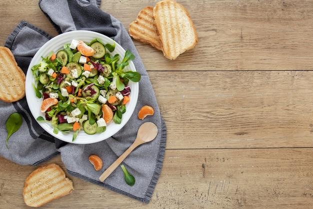 Torradas de pão ao lado do prato com salada